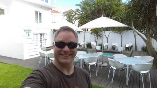 Villa Zest Boutique Hotel: Beautiful backyard area. Sorry for blocking the view, but I needed to prove I was there!