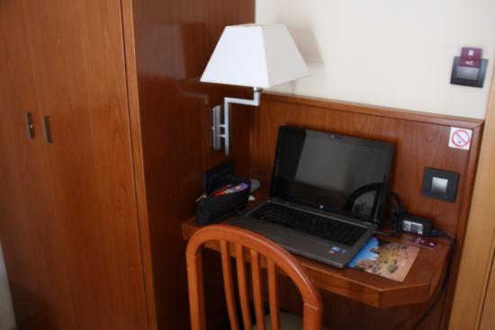 Une tablette bureau bien pratique pour loger son portable. bild