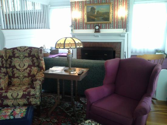 Harbor Inn: Lounge area with fire place