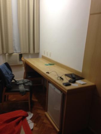 Hotel OK: Mesa para estudo e Frigobar