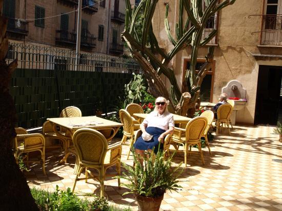 Hotel Villa Archirafi: ulla i gårdhaven