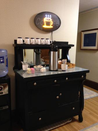 Golden Lantern Inn: Cute coffee area just down the hall from the upstairs rooms. Hot water available also.