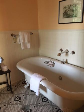 Upper Lake, CA: Veranda Room Tub
