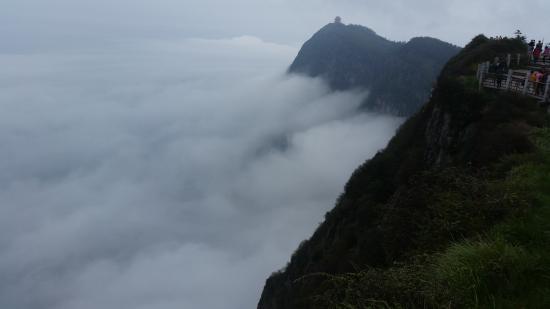 Ten-Thousand Buddhas Peak : Вид на самый высокий пик Эмэйшаня - Пик Десяти тысяч Будд, высотой 3099 м.
