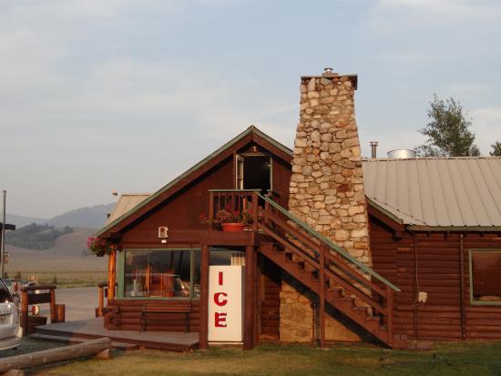 Smiley Creek Lodge: Der Eingang zu unserem Zimmer (direkt neben dem Schornstein im 1. Stock)