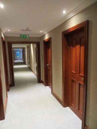 Radisson Blu Hotel & Spa, Galway: The wide, airy corridor to our Bedroom