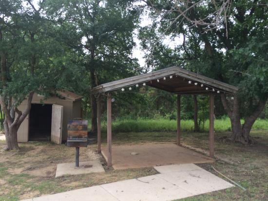 Meadowmere Park: Shelter near closed entrance