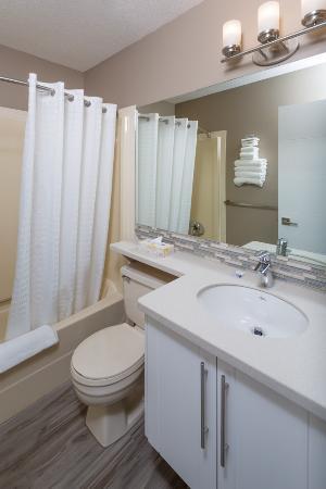Siesta Suites: Large 1 Bedroom suite - 2 Queen Beds  Bathroom. Downstairs.