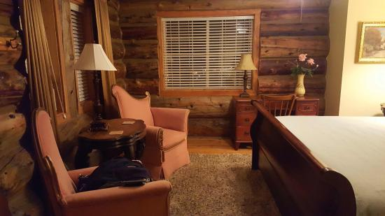 Syringa Lodge: Cozy room, and I loved that it didn't have a TV!