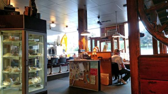 Thompson Falls, Монтана: Interior of Minnie's. Small and comfortable. Locals love it!