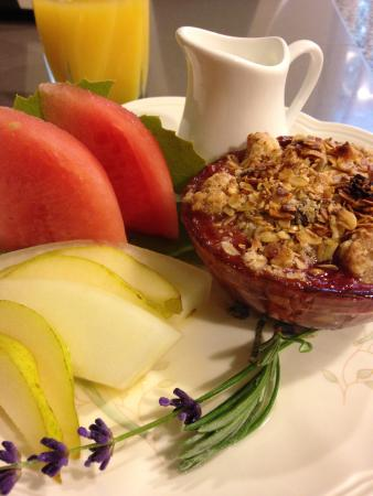 Abigail's Bed and Breakfast Inn: Summer Fruit Granola Crumble & Fresh Fruit