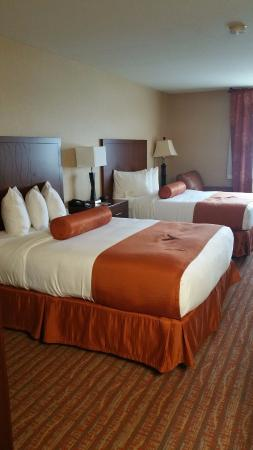 Phoenix Inn Suites Salem: Double beds with night stand