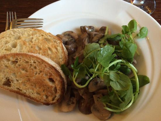 Marchwiel, UK: Creamy Garlic Mushroom Starter