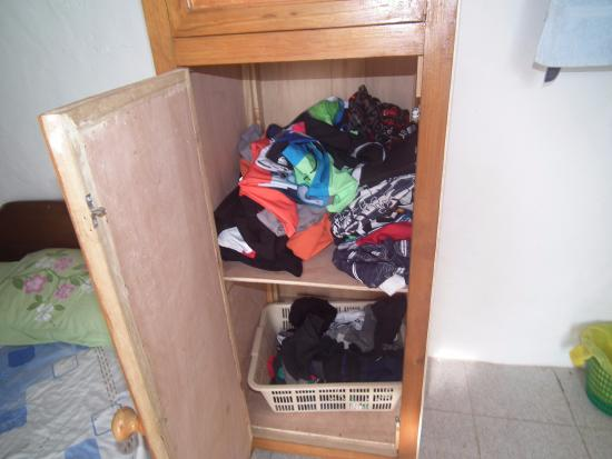 Chez Lorna: armario ocupado por ropas del dueño de la casa