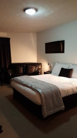 Akaroa Village Inn: Ground floor room with Sky TV; very comfortable bed