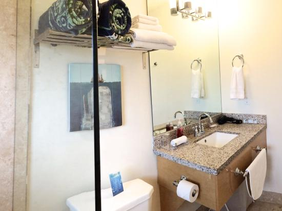 Hotel Seacrest: Ocean Room Bathroom