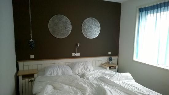 slaapkamer met schuifdeur - Foto van Hotel Restaurant Tesselhof, De ...
