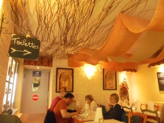 A Table : photo de la salle à l'arrière du restaurant il y a 2 salles plus la terrasse extérieure