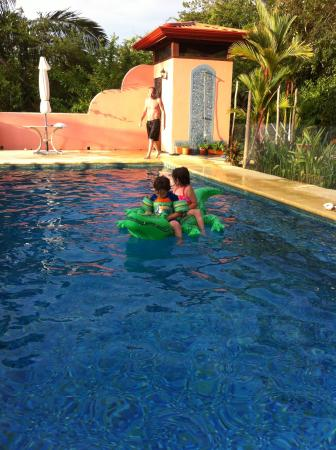 Ostional, Kosta Rika: kids enjoy the pool all day long