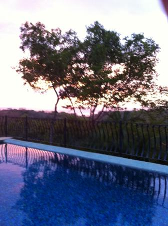Ostional, Costa Rica: Pool reflecting sunset off the ocean