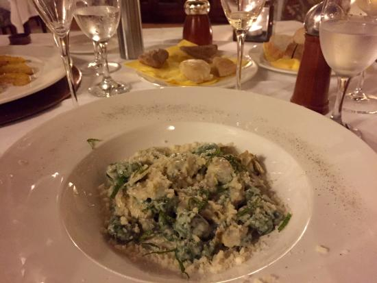 Petroio, Włochy: Spinach gnocchi (front), home-made bread (background)