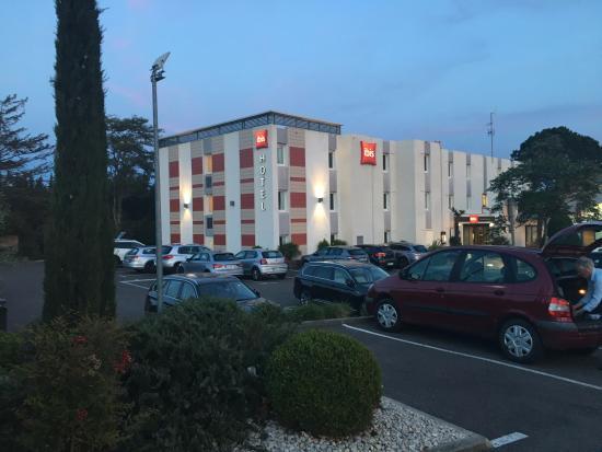 Jardin piscine photo de ibis salon de provence salon de for B b hotel salon de provence