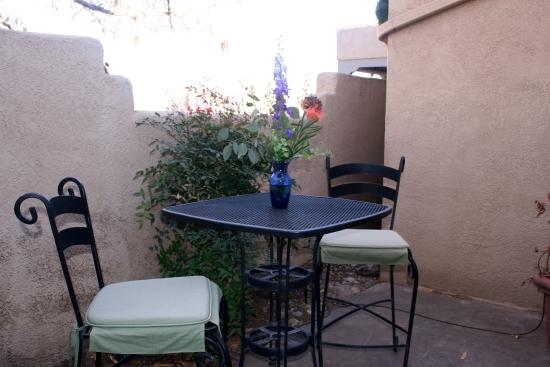 Chocolate Turtle Bed and Breakfast: Sandia Room patio