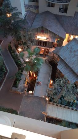 Gaylord Palms Resort & Convention Center: Looking down from our balcony to the path in front of Old Hickory Steakhouse