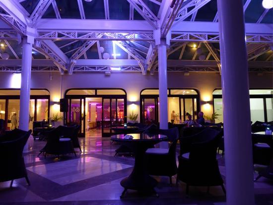Tui Sensimar Grand Hotel Nastro Azzurro : Outdoor terrace in the evening