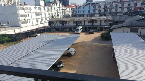 Baywalk Residence Pattaya: 바다객실이 아닌곳은 이 처럼 전망이 좋지 않다.