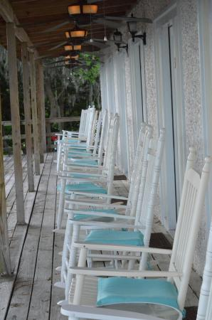 Darien Waterfront Inn: Nice relaxing porch