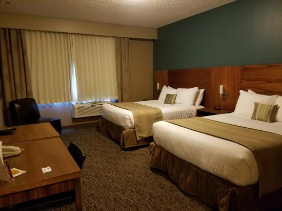 Heritage Inn Hotel & Convention Centre: Plenty of room to stow luggage and to move about.