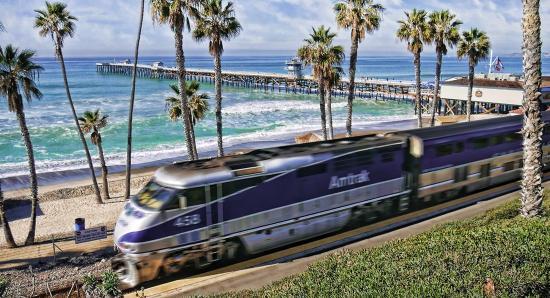 Сан-Клементе, Калифорния: San Clemente Pier and Amtrak heading south to San Diego.