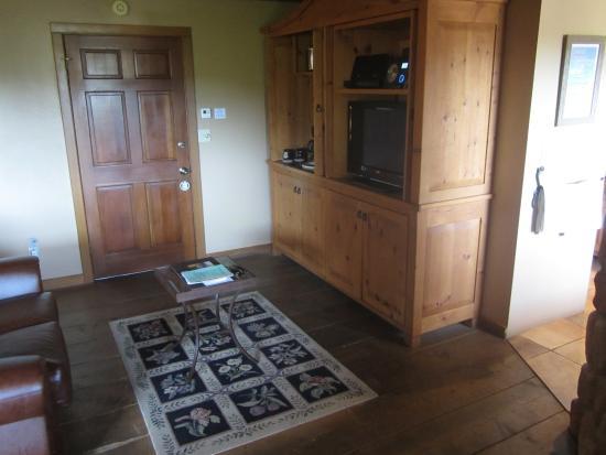 Adobe Village Inn: Kleine Küche mit Waschbecken, Kaffemaschine, Kühlschrank, Weingläser sowie TV und Musikanlage