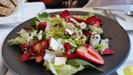 Casa Nostra: Original Ensalada con fresas y queso de cabra