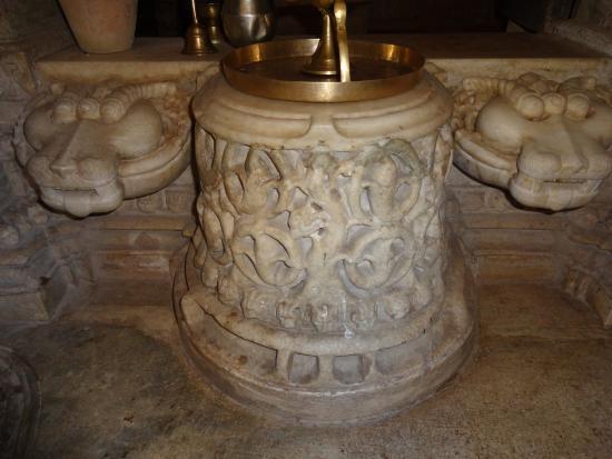 SURYA NARAYAN TEMPLE, RANAKPUR            Interior of temple with pooja thali .