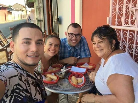 Pasteleria Maria Elena: compartiendo afuera
