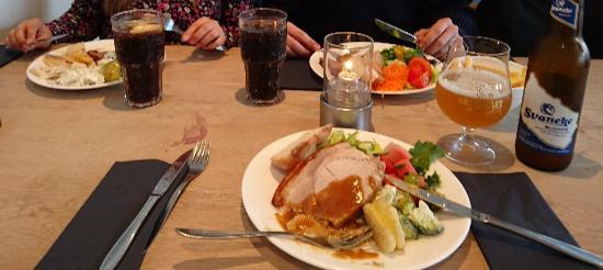 Broddan: Første tallerken (af flere). Flæskesteg på min tallerken, oksesteg overfor og lammesteg i hjørne