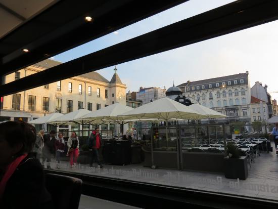 Cafe Leffe Oostende: Blick aus dem Restaurant auf die Terrasse am Wapenplein