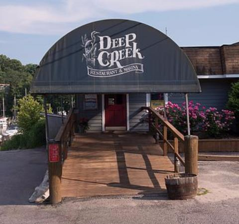 Deep Creek Restaurant & Marina: Entrance to Restaurant