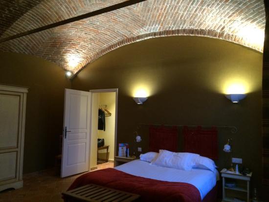 """Gosnay, France : Chambre """"de charme"""". Grande. Plafond voûté en briques."""