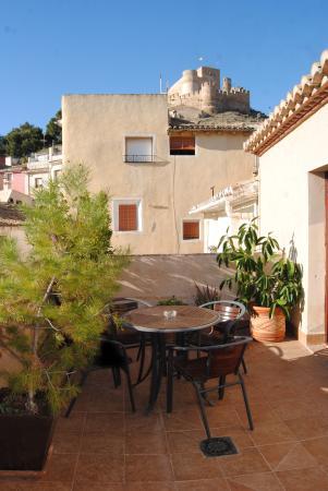 Rural Hotel Restaurant La Fasana : terraza del hotel en atico bellas vistas del castillo