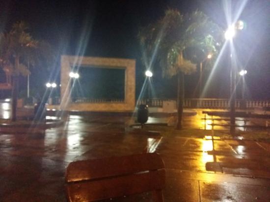 Arandú Bar: VISTA DESDE EL BAR...noche de lluvia, febrero en iquitos