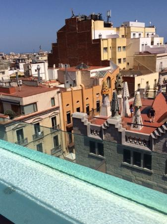 Hotel Gaudi: Roof with bar and small pool