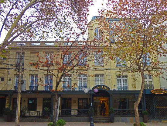 Fachada del Hotel Orly en otoño, un sábado por la tarde