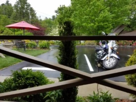 Mountainaire Inn and Log Cabins: Kicking back in front of my room, enjoying a rainy day