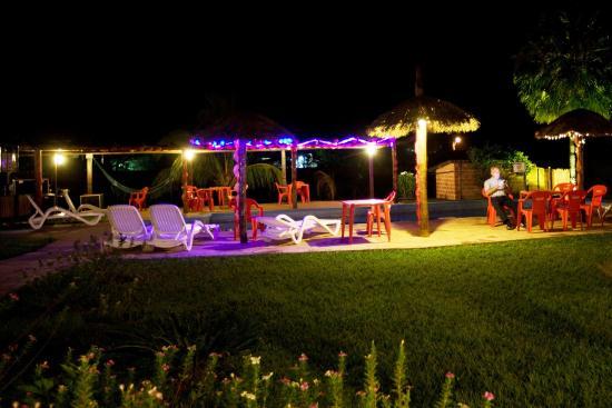 Hotel La Villa Chiquitana: Parque a la noche.