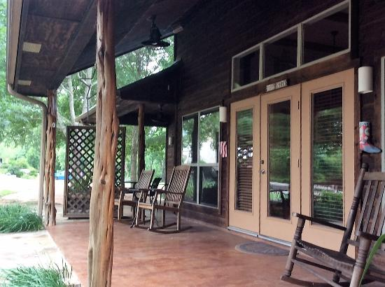 Bella Vista Bed and Breakfast on Lake Travis: Back porch has lots of seating options and different deck levels