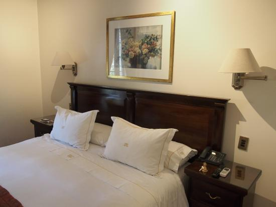 Hotel Orly: Bed with wonderful linen embroided with the hotel name