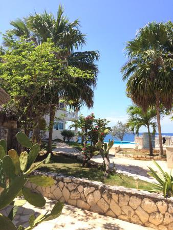Home Sweet Home Resort: Walkway towards pool area